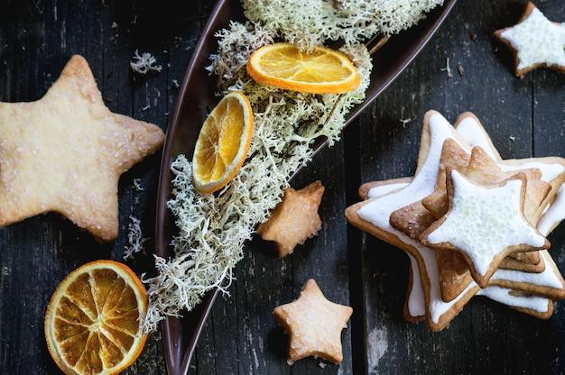 Galletas navideñas con decoración festiva