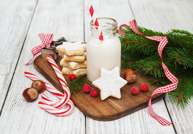 Galletas navideñas y leche