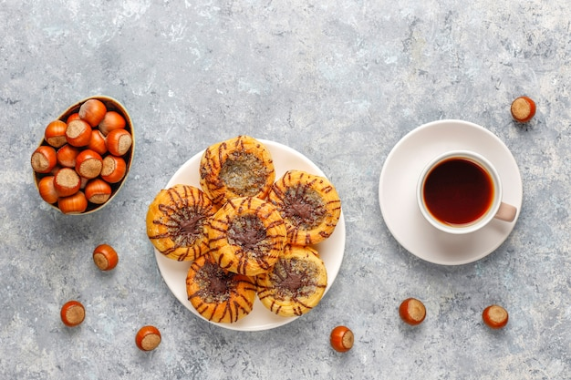 Galletas de nuez y chocolate con nueces alrededor, vista superior