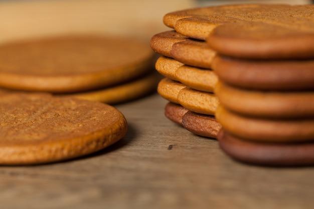 Las galletas del pan de jengibre se cierran encima de fondo