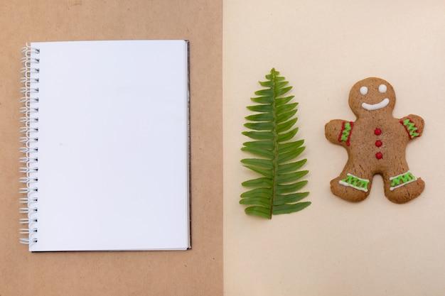 Galletas de pan de jengibre sobre fondo de papel artesanal. maqueta de navidad de café.