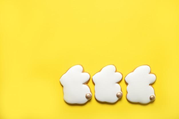 Galletas de pascua en un fondo amarillo. vista superior. lugar para el texto. conejo de pascua