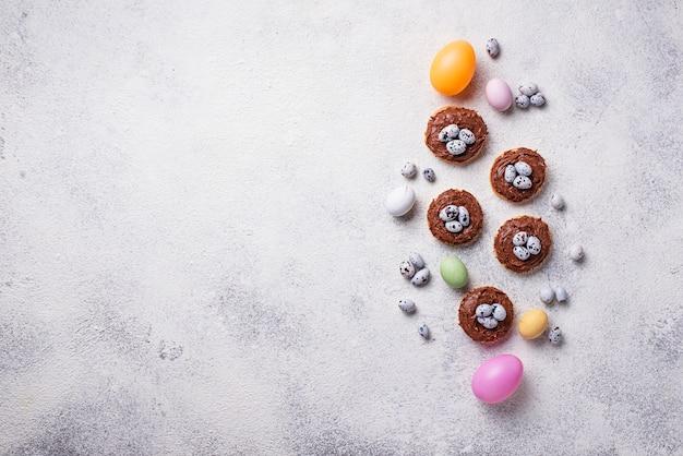 Galletas de pascua en forma de nido con huevos.
