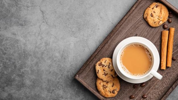 Galletas planas y café con espacio de copia