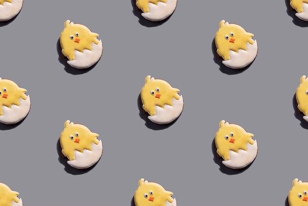 Galletas de pollo de pascua de patrones sin fisuras en la mesa gris. primavera