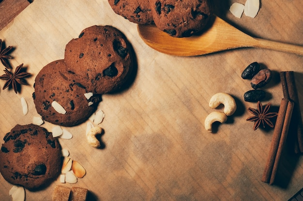 Galletas redondas de chocolate crujientes con una cuchara de madera y especias