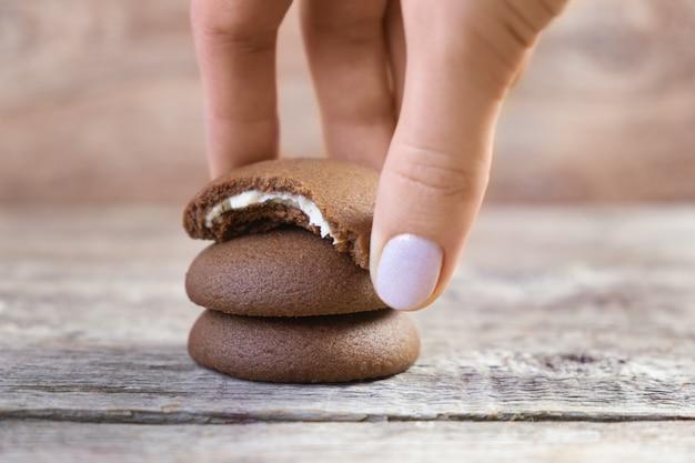 Galletas redondas de chocolate sobre un fondo de madera