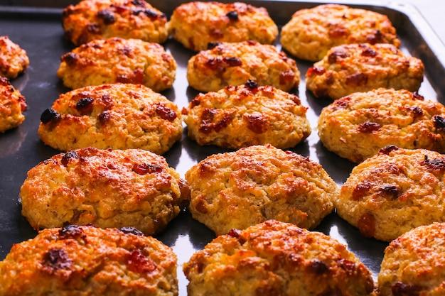 Galletas de requesón y avena al horno con pasas. nutrición saludable, comida dietética.