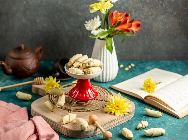 Galletas de ruleta rellenas de nueces y mezcla de azúcar