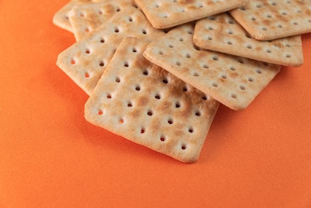 Galletas de sal sobre fondo naranja