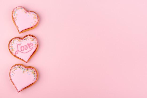 Galletas de san valentín en forma de corazón con espacio de copia y chispitas