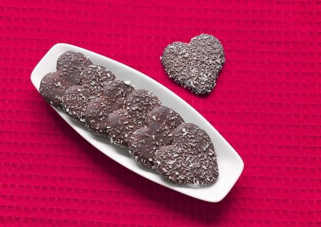 Galletas de san valentín en forma de corazón en placa