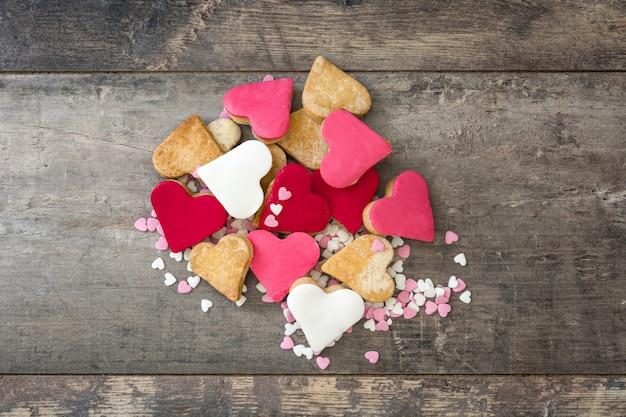 Galletas de san valentín con forma de corazón sobre superficie de madera