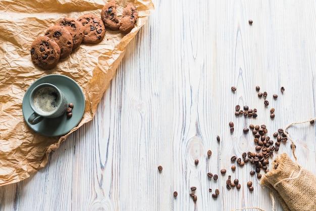 Galletas con set de café y granos de café