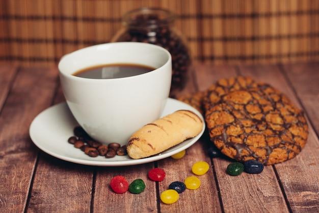 Galletas una taza con una bebida, comida, desayuno, té, tradiciones. foto de alta calidad