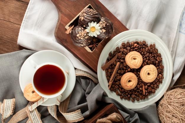 Galletas y una taza de té. vista superior