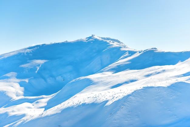 Gama de picos de las montañas en la nieve. paisaje de invierno