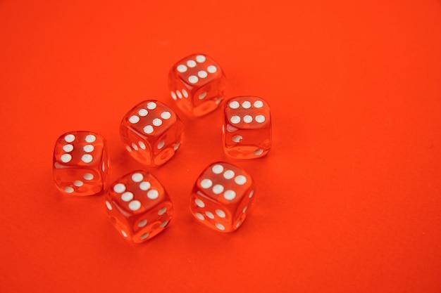 Gamble dados aislados en rojo.