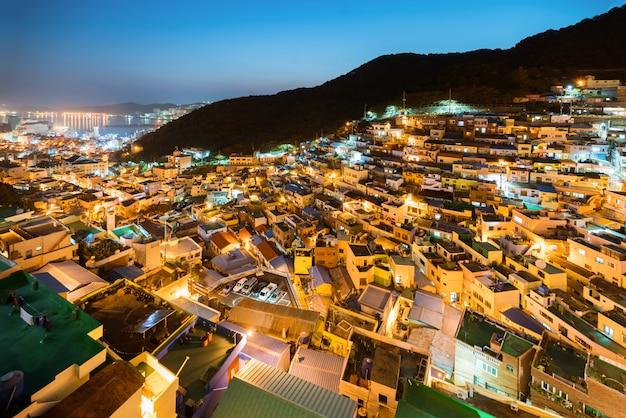 Gamcheon culture village en la noche en busan, corea del sur