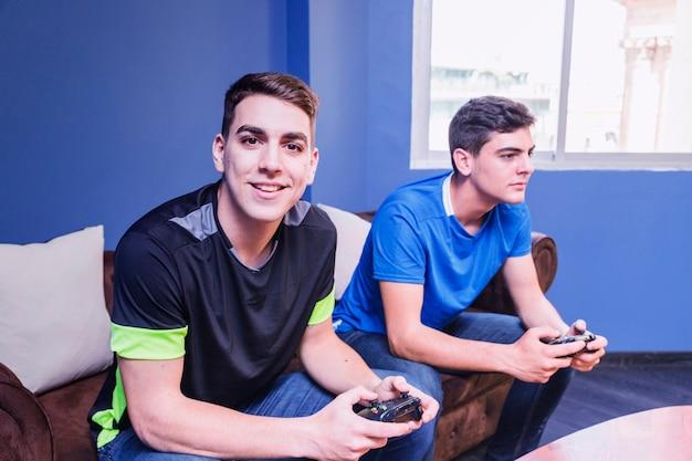 Gamers con gamepad en sofá