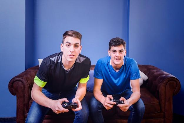 Gamers en sofá
