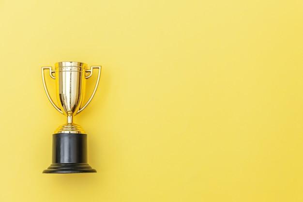 Ganador de diseño plano simplemente plano o copa de trofeo de oro campeón aislado en amarillo colorido