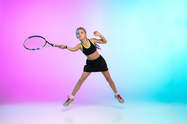 Ganador. niña de tenis en ropa deportiva negra aislada en gradiente