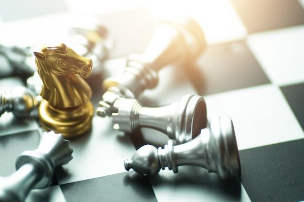 Ganador del tablero de ajedrez, rey de la victoria dorada gana en una exitosa competencia empresarial