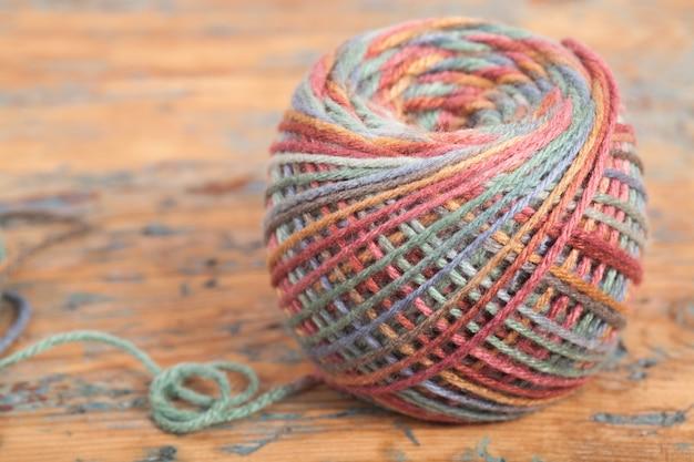 Ganchillo, hecho a mano, costura. madeja multicolor de hilos y un gancho