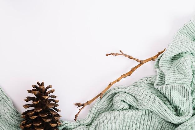 Gancho y ramita cerca de suéter