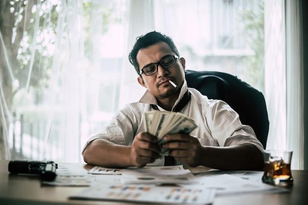 Gángster contando dinero
