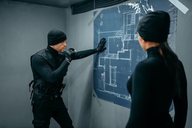 Gángsters preparándose para el robo de la bóveda del banco