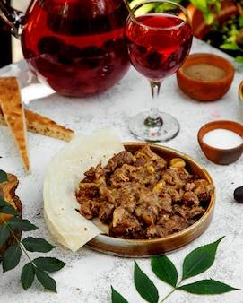 Garaza azerí hecha de carne, cebolla frita, castañas