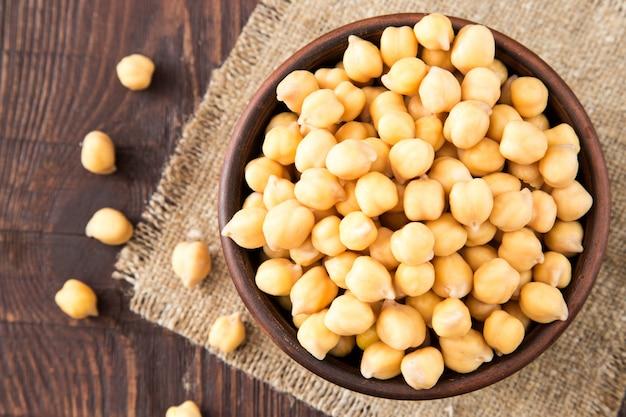 Garbanzos cocidos en un bol. los garbanzos son alimentos nutritivos. comida sana y vegetariana.