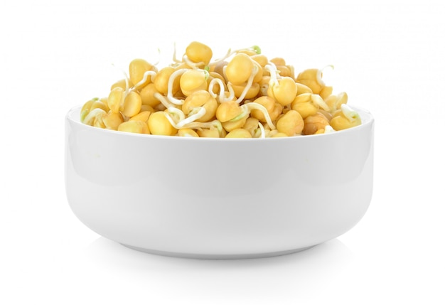 Garbanzos germinados en un bol