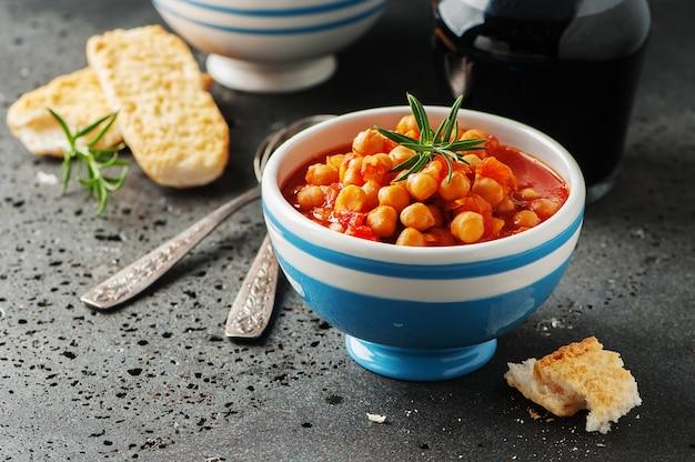 Garbanzos con tomate, zanahoria y romero