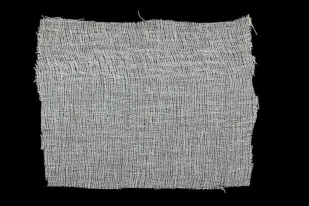 Gasa blanca aislada sobre fondo negro como textura