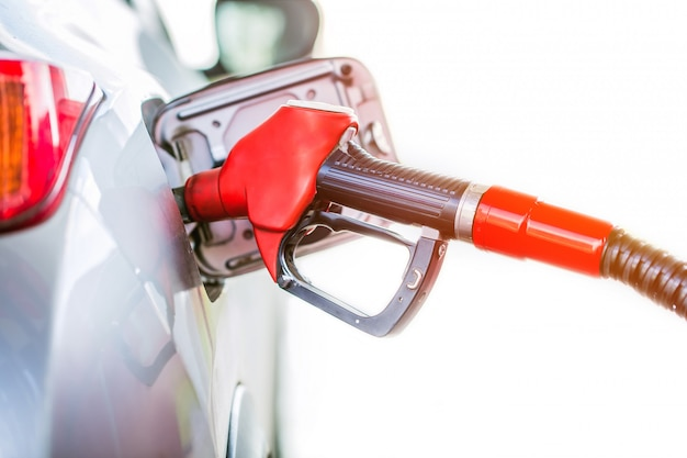 Gasolina que bombea gasolina en la gasolinera.