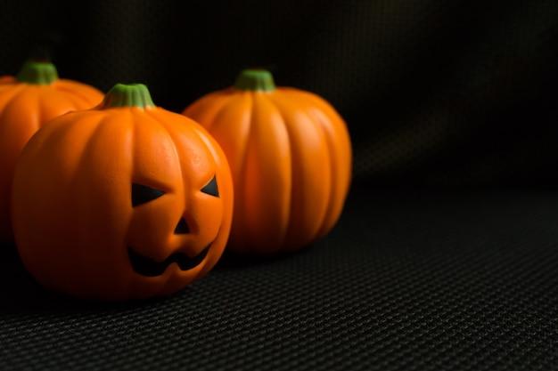 El gato de la calabaza de halloween en imagen de fondo negra del día de fiesta.