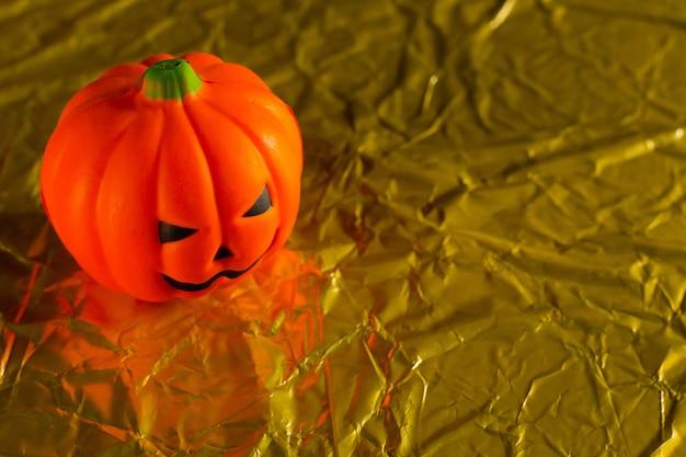 El gato de calabaza de halloween en imagen de fondo de vacaciones de oro