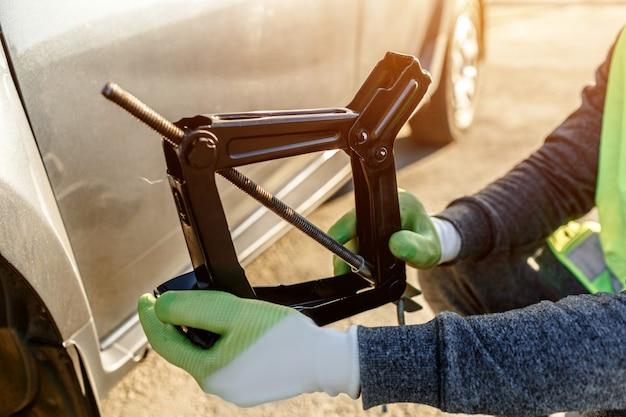 Gato del coche. reparación de automóviles al costado de la carretera