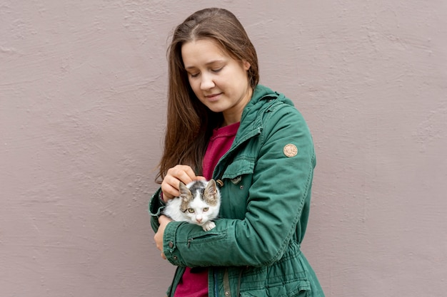 Gato cuidando mujer de alto ángulo
