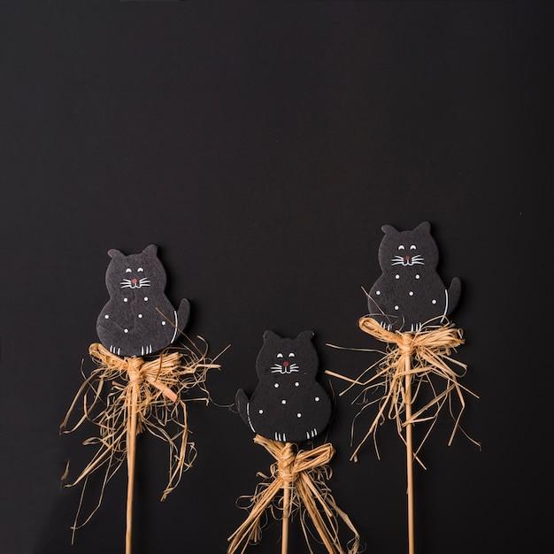 Gatos de halloween en palos