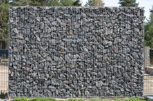 Gavión, canasta de metal llena de piedras gruesas