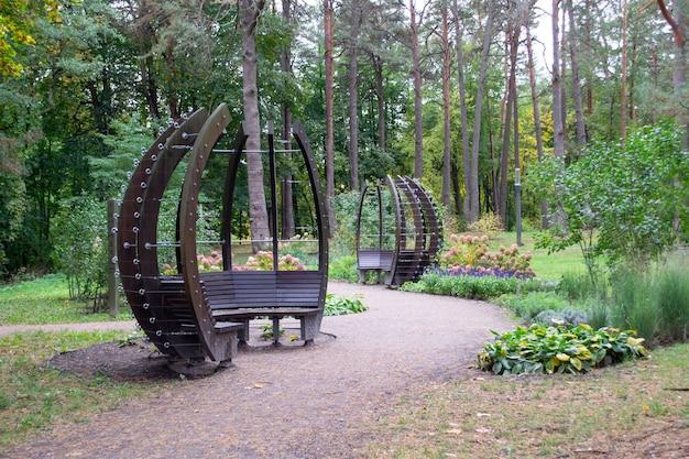 Gazebo moderno afuera. interesante banco para descansar. parque en bosque