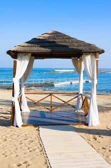 Gazebo en la playa mediterránea, paphos. chipre
