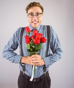 Geek hipster sosteniendo un ramo de rosas