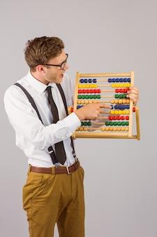 Geeky empresario usando un ábaco