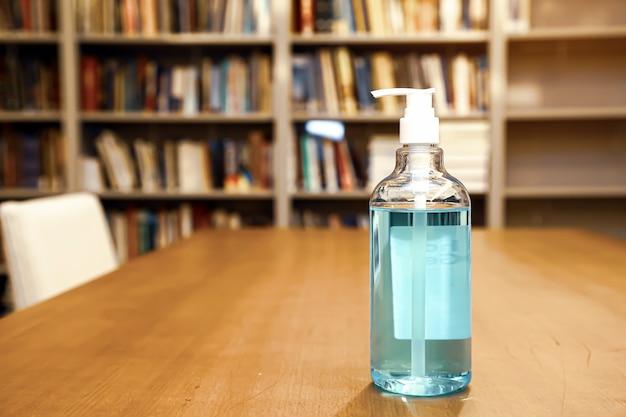 Gel de alcohol en el escritorio con nota de papel.