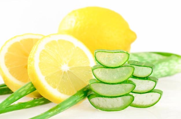 Gel de aloe vera y jugo de limón para una limpieza natural de la piel.